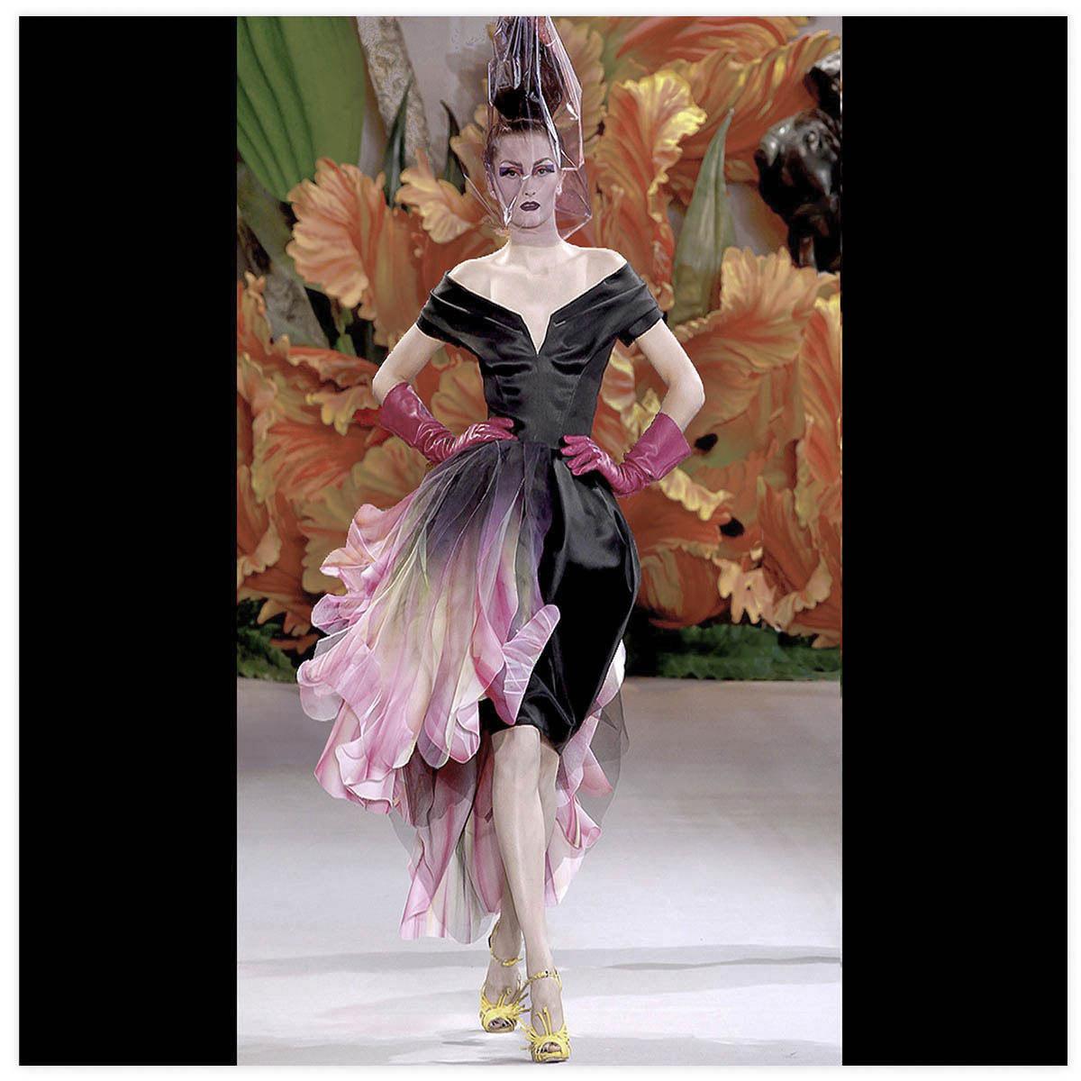 Christian Dior Haute-Couture Défilé 2010 Styliste J. Galliano Peinture à l'aérographe et au pinceau présentée à l'exposition Christian Dior au musée des arts décoratifs Paris 2018